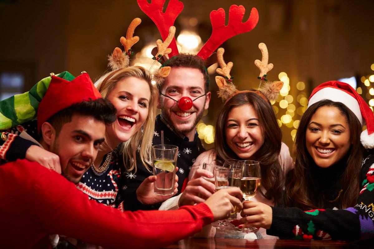 Group-Of-Friends-Enjoying-Christmas-Drinks-In-Bar-1